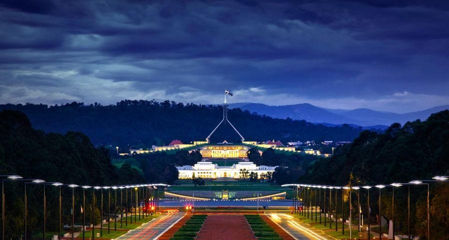 Abendlicher Blick vom australischen Kriegsdenkmal auf das alte und neue Parlament in Canberra, Australien – Jon Hicks/Corbis ©