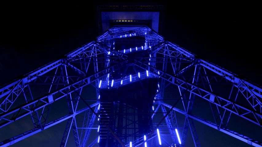 Berliner Funkturm mit blauer Illumination