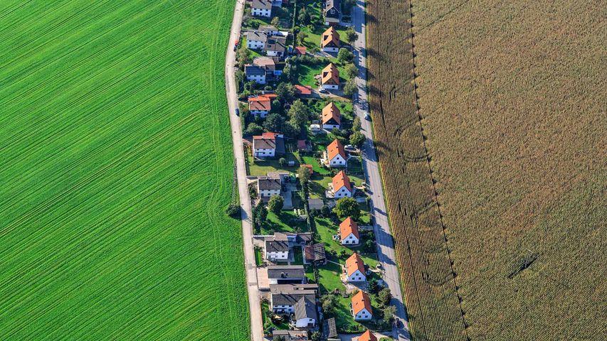 Luftaufnahme einer Wohnsiedlung in Poing, Bayern, Deutschland