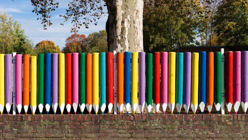 Kindergarten-Zaun aus Buntstiften, Düsseldorf, Nordrhein-Westfalen, Deutschland