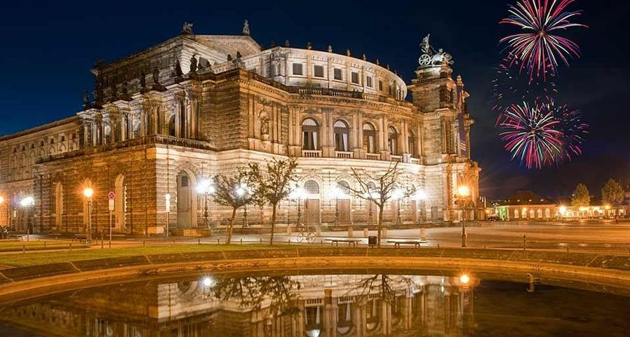 Semperoper bei Nacht mit Feuerwerk, Dresden, Deutschland
