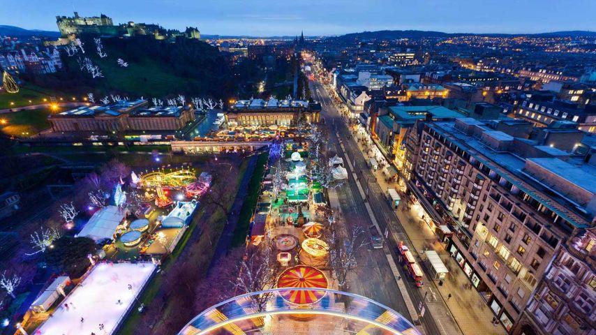 Weihnachtsmarkt auf der Princes Street in Edinburgh, Schottland, Großbritannien
