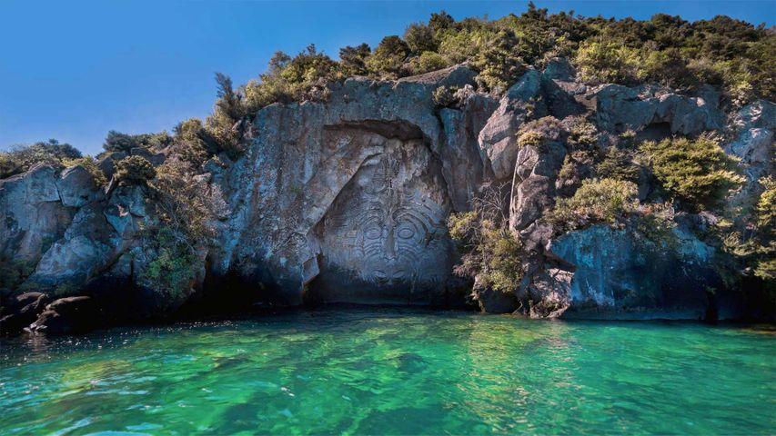 雕刻师在矿山湾创作的岩雕作品,新西兰北岛陶波湖