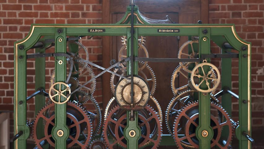 Altes Uhrwerk der Kirchturmuhr (1910 bis 1978) in der St. Michaeliskirche, Lüneburg, Niedersachsen, Deutschland
