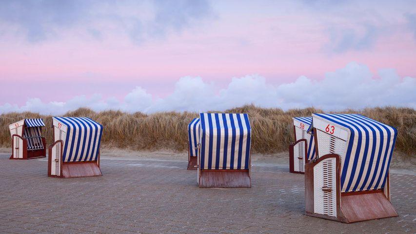 Strandkörbe im Abendrot am Nordstrand der Insel Borkum, Niedersachsen
