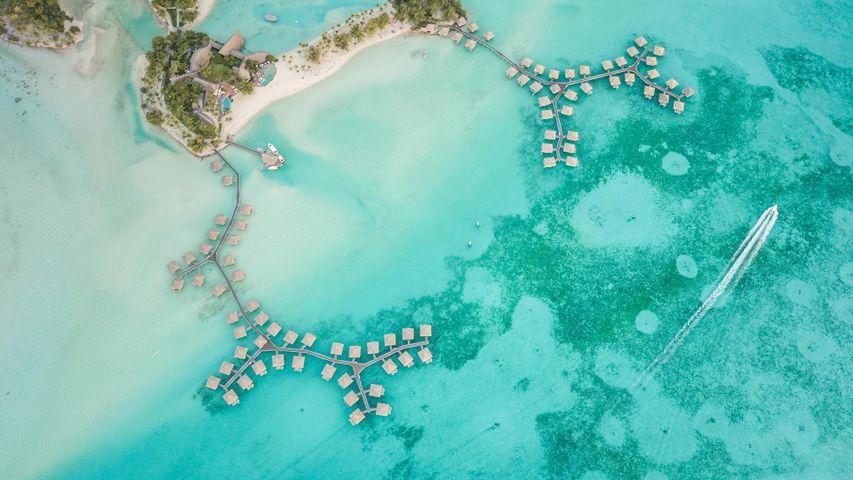 Vue aérienne de bungalows sur l'île de Bora-Bora, Polynésie française