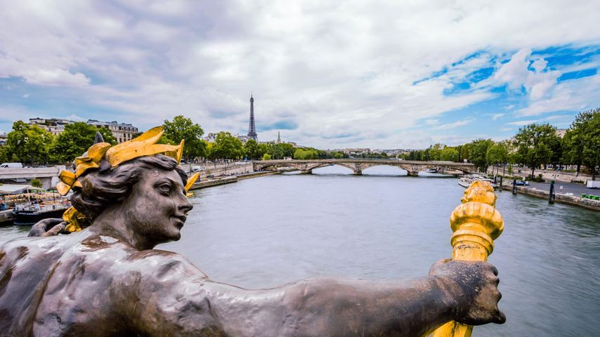 Vue sur la Seine et la tour Eiffel depuis le pont Alexandre-III, Paris