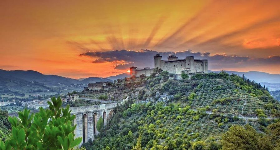 Sonnenuntergang bei der Rocca Albornoz, Spoleto, Italien