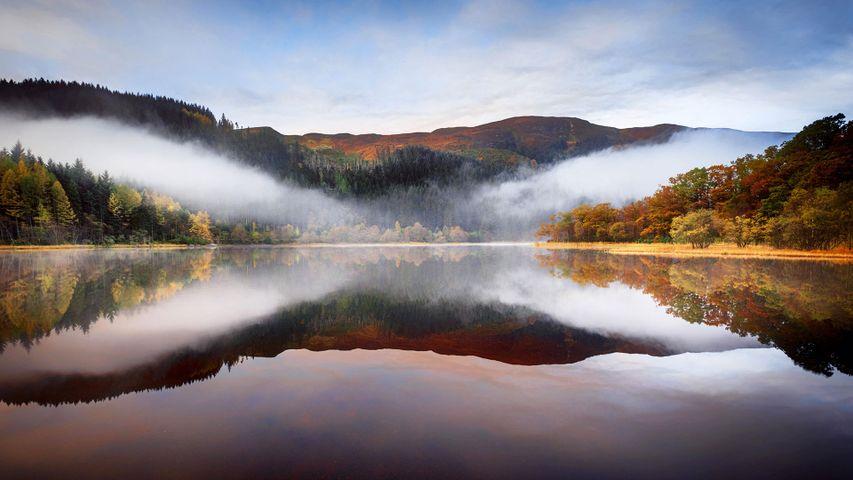 Chon湖上空的低空云,苏格兰特罗萨克斯
