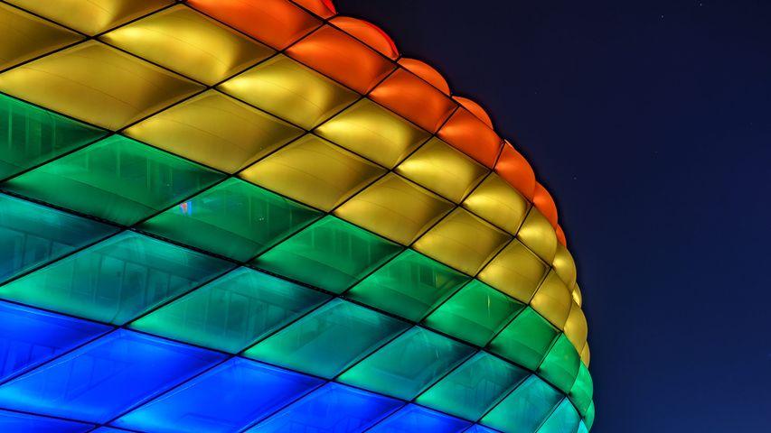 Die in Regenbogenfarben leuchtende Außenhülle der Allianz Arena, München, Bayern, Deutschland