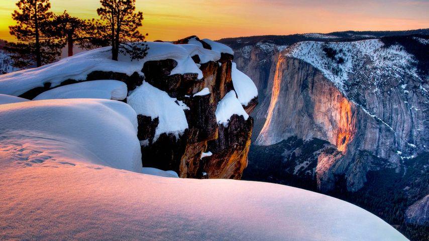 「タフト・ポイントからのホーステイル滝」アメリカ, ヨセミテ国立公園