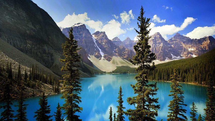 加拿大阿尔伯塔省班夫国家公园的冰碛湖