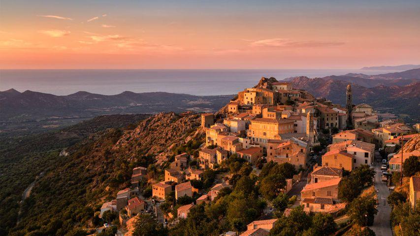 Soleil du soir sur le village perché de Speloncato en Corse