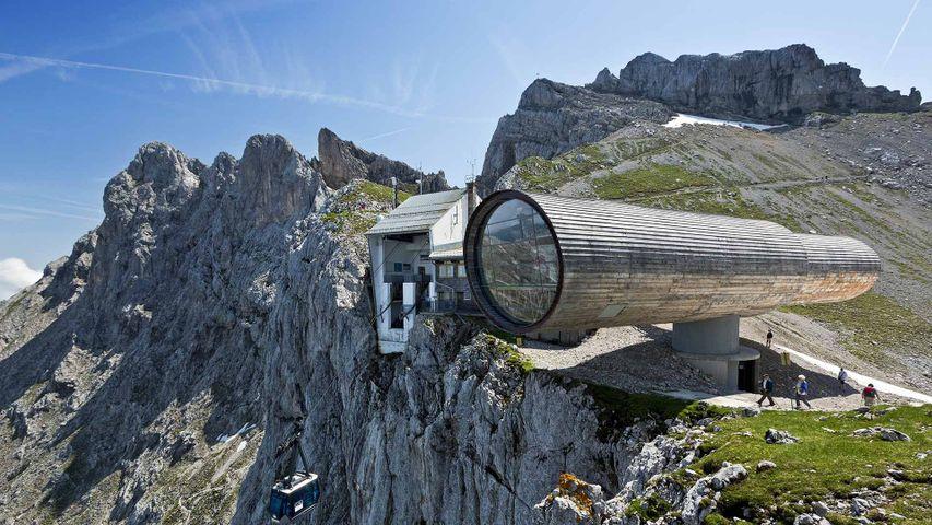 Natur-Informationszentrum Bergwelt Karwendel mit der Bergstation der Karwendelbahn und der Westlichen Karwendelspitze, Mittenwald, Bayern