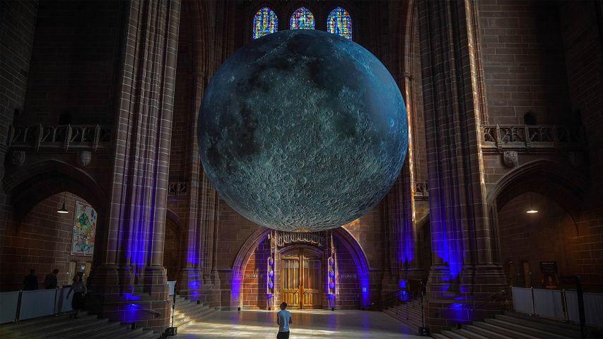 Instalación del artista Luke Jerram 'Museo de la Luna' en la Catedral de Liverpool, Inglaterra