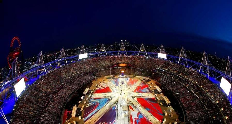 """2012/8/12伦敦奥林匹克体育场,伦敦夏季奥运会闭幕式中的""""米""""字型舞台俯瞰图"""