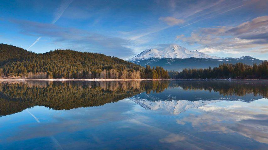 Der schneebedeckte Mount Shasta spiegelt sich im Lake Siskiyou, Kalifornien, USA