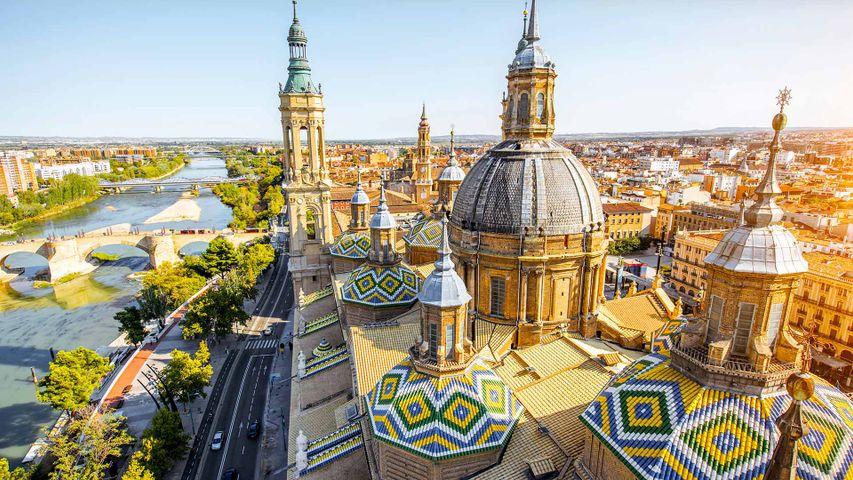 Las agujas de la Basílica del Pilar junto al río Ebro a su paso por Zaragoza