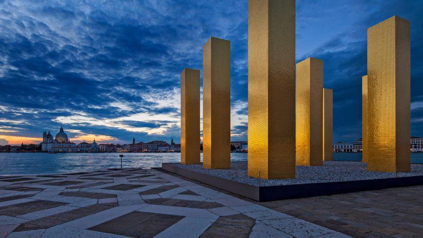 """2014年威尼斯建筑双年展展出的艺术家亨氏·麦克的""""天在九柱之上""""作品"""