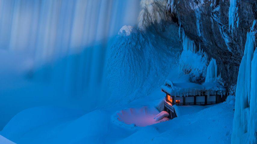 """Aussichtspunkt """"Journey Behind the Falls"""" im Winter, Niagarafälle, Ontario, Kanada"""