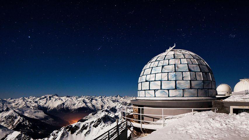 Dôme de l'observatoire du Pic du Midi de Bigorre sous un ciel étoilé, Bagnères-de-Bigorre, La Mongie, Hautes-Pyrénées, France