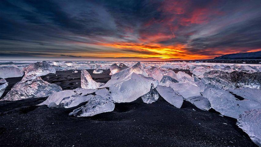 冰河湖对面的钻石冰沙滩,冰岛