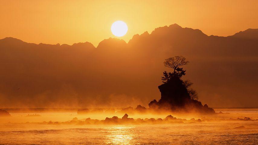 「雨晴海岸の日の出」富山, 高岡市