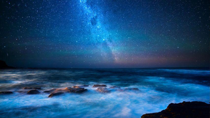 Blick von der Great Ocean Road auf die Bass-Straße und die Milchstraße, Bundesstaat Victoria, Australien