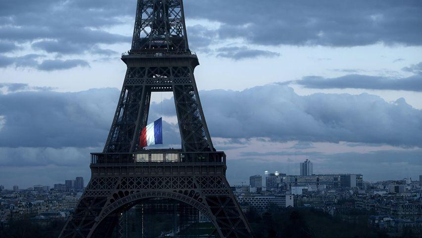Le drapeau français flottant au centre de la Tour Eiffel, le 11 mars 2020, lors d'une cérémonie pour la première Journée nationale d'hommage aux victimes du terrorisme