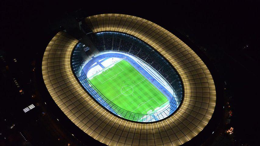 Nächtliche Luftaufnahme des Olympiastadions in Berlin