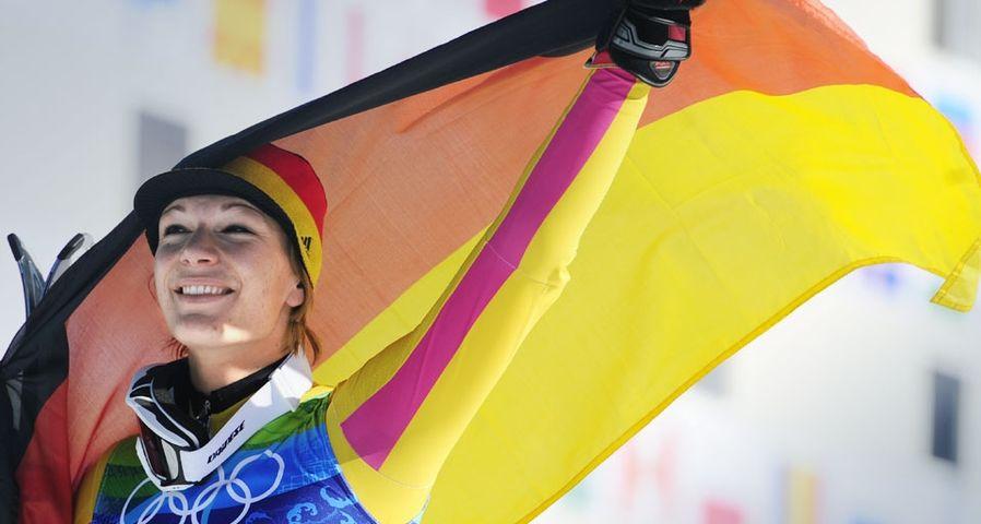 Die deutsche Skirennläuferin Maria Riesch feiert ihren Sieg bei der Super-Kombination der Frauen während der Olympischen Winterspiele in Vancouver am 18. Februar 2010 – Emmanuel Dunand/AFP/Getty Images ©