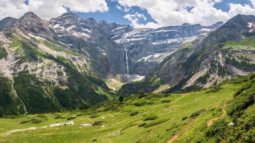 Vue panoramique de la cascade de Gavarnie dans les Pyrénées françaises