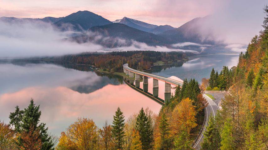 Sylvensteinspeicher und Faller-Klamm-Brücke im Morgennebel, Lenggries, Bayern, Deutschland