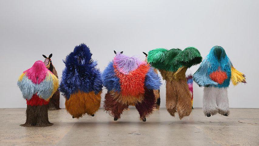 """2016年于悉尼火车制造厂展出的艺术家尼克·凯夫的系列作品""""Soundsuits"""",澳大利亚"""
