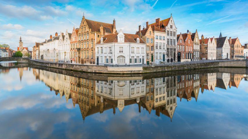 Bâtiments se reflétant sur les canaux de Bruges, Belgique
