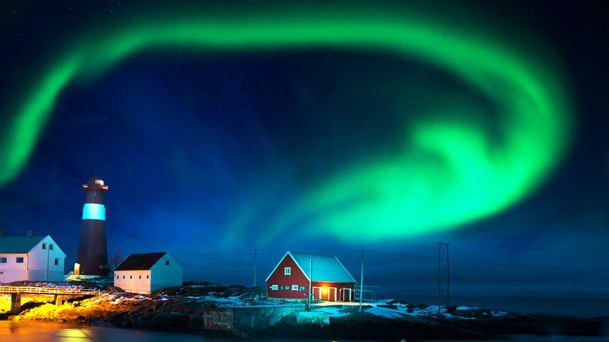 冬季海滨,灯塔上空的北极光