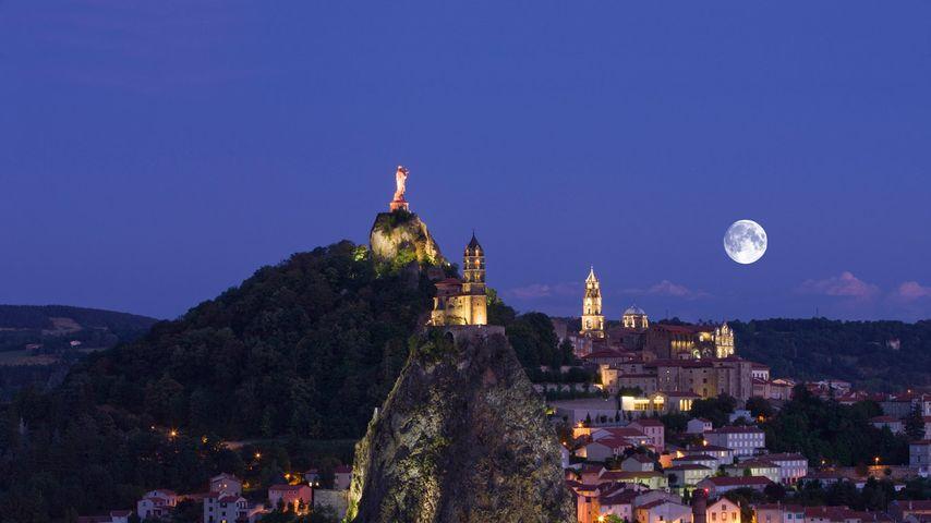 Vue sur le Puy-en-Velay, le Rocher de Corneille et la chapelle Saint-Michel d'Aiguilhe, Haute-Loire, Auvergne