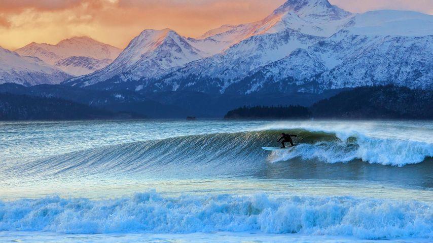 Der Surfer Don 'Iceman' McNamara in der Kachemak Bay, Alaska, USA
