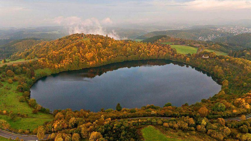 Weinfelder Maar im Herbst, Daun, Rheinland-Pfalz, Deutschland