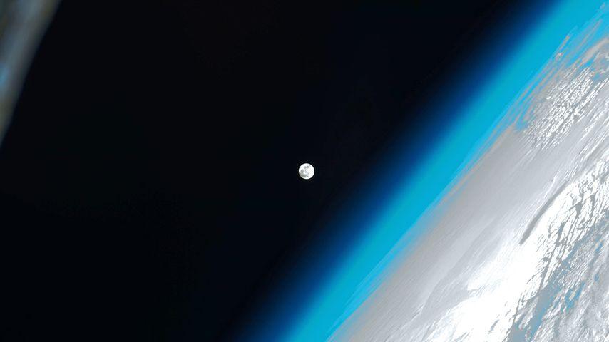 「国際宇宙ステーションから見た月」