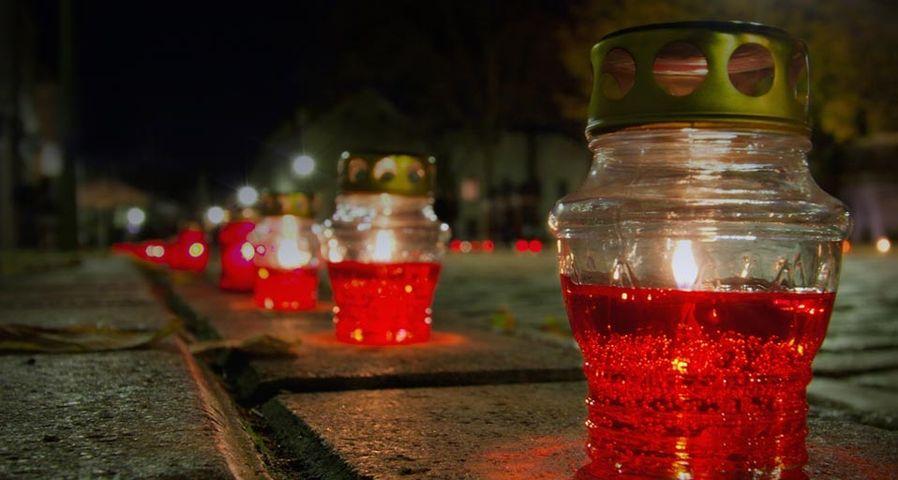 Kerzen säumen eine Straße an Allerseelen in Kaunas, Litauen