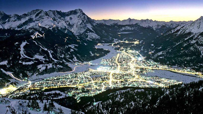 Blick vom Wank auf Garmisch-Partenkirchen, Bayern, Deutschland