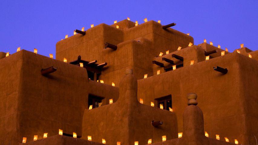 被纸袋灯照亮的酒店,洛雷托,圣达菲,新墨西哥州,美国