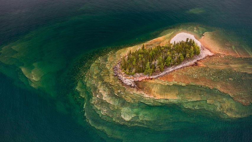 Luftbild einer Felseninsel im Oberen See, Thunder Bay, Ontario, Kanada
