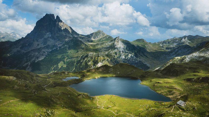 Lago Roumassot con el pico Midi d'Ossau al fondo, Pirineos atlánticos, Francia