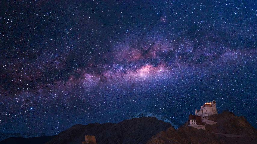 印度,拉达克,列城   Namgyal Tsemo修道院上空的银河