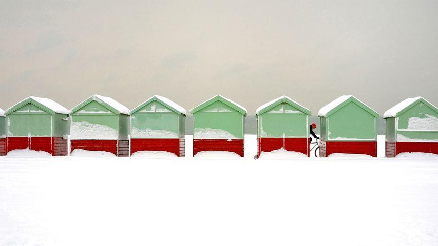 Schneebedeckte Strandhütten in Brighton and Hove, England