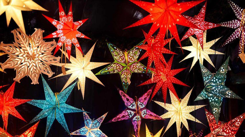 Weihnachtssterne auf dem Christkindlesmarkt in Nürnberg, Bayern, Deutschland