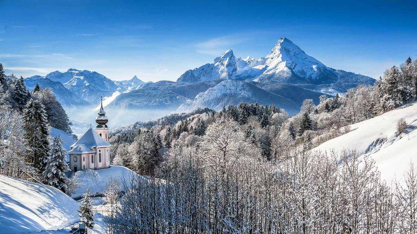 Idyllische Winterlandschaft in den Alpen mit Blick auf die Wallfahrtskirche Maria Gern und den Watzmann, Bayern, Deutschland