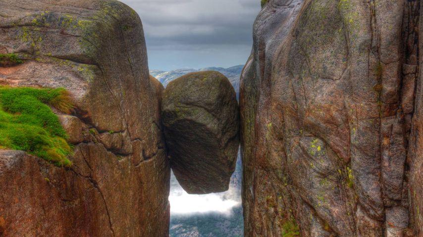 Der Kjeragbolten auf dem Felsplateau Kjerag, Provinz Rogaland, Norwegen